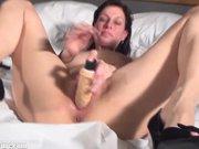imagen Mature woman masturbating with didlo on the b