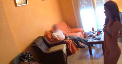 imagen El amigo de mi padre me acosa, tiene su puntillo pero es un poco pesado, ¿me lo follo?. Soy la Tati :)