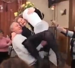 imagen Marido borracho la lía en una boda