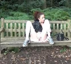 imagen Madura muy cochina se pajea en el parque