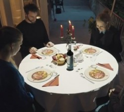 imagen Proyección 3d mientras esperan la comida