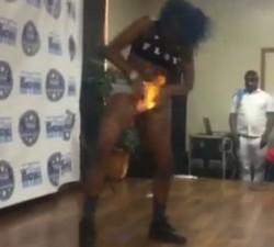 imagen Se le prende fuego el chocho en una actuación