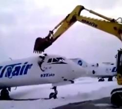 imagen Destruye un jet privado despues de ser despedido