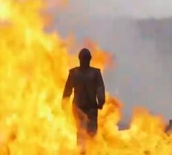 imagen Soldado Rusa prueba un traje para caminar sobre explosivos