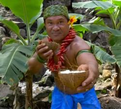 imagen Jefe Samoano hace un tutorial sobre como abrir un coco