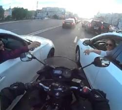 imagen Dos chicas le cortan el paso a un motorista