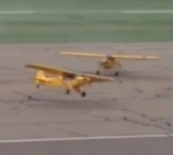 imagen Aviones despegan solos en un aeropuerto
