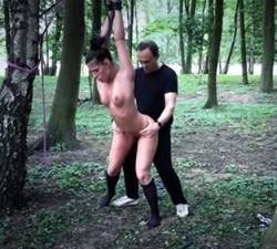 imagen Se la folla atada a lo perrito en el bosque