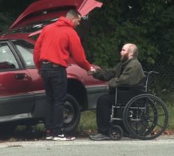 imagen La unica persona que se paró a ayudarlo era paralitico