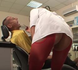 imagen Una dentista con el culo al aire
