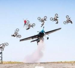 imagen Un avión, una moto y un equilibrista hacen lo imposible