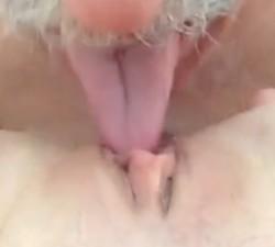 imagen Viejo penetra un coño con la lengua