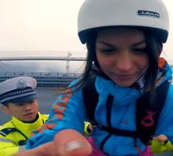 imagen Joven Rusa desafía a un policía y salta al vacio