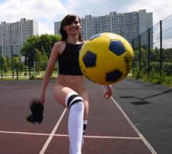 imagen Actriz porno jovencita sabe jugar al futbol