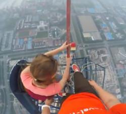 imagen Pareja enamorada escala la torre más alta del mundo