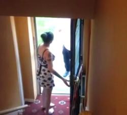 imagen Ama de casa traviesa pone cachondo al repartidor