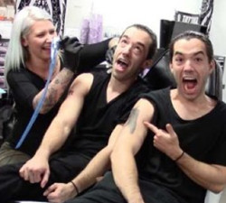 imagen Hermanos gemelos gastan una broma a la tatuadora