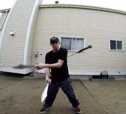 imagen Estudiante manejando espadas como si fuesen pelotas