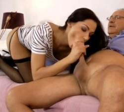 imagen Morena de infarto folla con su abuelo