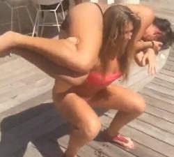 imagen Rubia en bikini hace una demostración de fuerza bruta