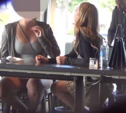 imagen Rubia preciosa intenta seducir a una lesbiana con pareja