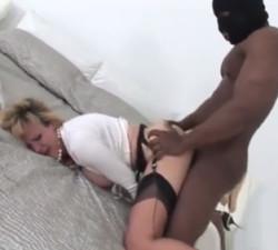 imagen La madura Lady Sonia hace realidad su fantasía sexual