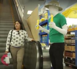imagen Maniquí cobra vida en un centro comercial