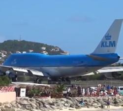 imagen Avion Jumbo crea el caos en una playa