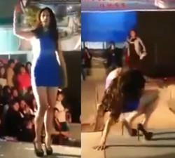 imagen Aspirante a modelo latina peleando con los tacones