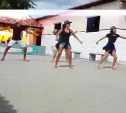 imagen Les cae un rayo mientras estaban bailando