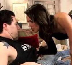 imagen Esposa despierta a su marido exigiendo follar