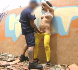 imagen Puta de barrio folla con un policía