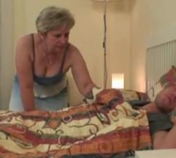 imagen Madre se folla a su hijo dormido y los pilla la novia