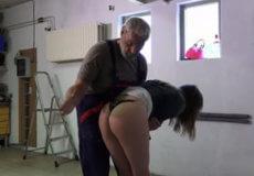 abuelo castiga nieta