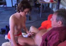 viejo con asistenta joven