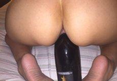 metiendose botella