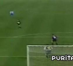 imagen mujer sale en pelotas al campo de futbol y marca un gol