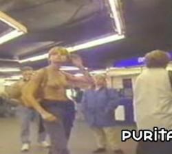 imagen paseandose en topless por el metro