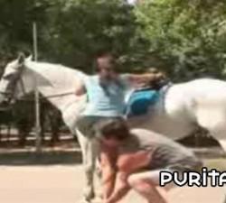 imagen pidiendo ayuda para montar a caballo