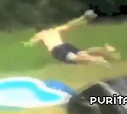 imagen idiotas en la piscina