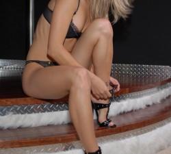 joven stripper con sandalias de tacon
