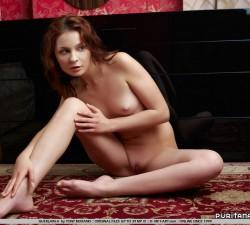 jovencita cachonda jugando en su dormitorio