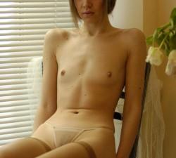 jovencita delgada y pecosa