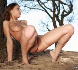 imagen desnuda y feliz en el bosque