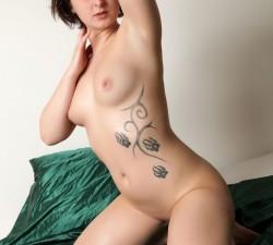 pelirroja luce su lindo tatuaje