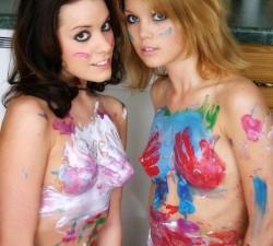 amigas cachondas jugando con pintura