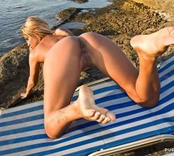 acrobacias x en una tumbona de playa