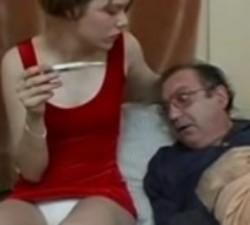 imagen sobrina cuidando de su tío enfermo