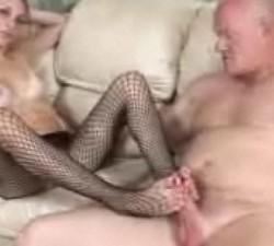 imagen seducida por su padre le hace una paja con los pies