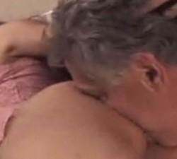 imagen viejo seduce a la amiga de su nieta